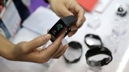 Sebuah jam tangan ditunjukkan pada Global Sources Electronics Indonesia di JCC, Jakarta, Kamis (5/12/2019). Pameran tersebut memberikan peluang bagi pelaku bisnis di Indonesia dengan pemasok dari China, Korea Selatan, Taiwan dan Hong Kong guna menemukan mitra bisnis. (Liputan6.com/Fery Pradolo)