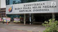 Sejumlah karangan bunga di Kementerian BUMN, Kamis (16/1/2020). Kantor Menteri BUMN Erick Thohir kembali mendapat kiriman bunga berupa dukungan untuk menyelesaikan masalah PT Asuransi Jiwasraya (Persero). (Liputan6.com/Faizal Fanani)