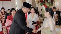 Presiden ke 6 RI, Susilo Bambang Yudhoyono berjabat tangan dengan Presiden ke 5 RI, Megawati Soekarnoputri jelang Upacara HUT Kemerdakaan RI ke 72 di Istana Merdeka, Kamis (17/8). (Liputan6.com/via Anung Anindhito)
