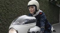 Istri dari host kondang Ananda Omesh ini juga memiliki hobi yang sama dengan sang suami yaitu mengendari motor gede. Meski sekarang sudah berhijab, ternyata itu tidak menghalangi Dian untuk tetap menjalankan hobinya itu. (Liputan6.com/IG/@dianayulestari)