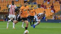 Striker Wolverhampton Wanderers, Raul Jimenez melepaskan tendangan dari titik penalti untuk mencetak gol ke gawang Olympiakos pada pada leg kedua babak 16 besar Liga Europa di Molineux Stadium, Kamis (6/8/2020). Wolverhampton menumbangkan Olympiakos dengan skor 1-0. (Lindsey Parnaby/AFP)