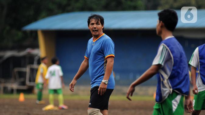 Penyerang Ricky Yakobi saat melatih di salah satu lapangan di Jakarta. Ricky Yacobi  mendadak terkapar di lapangan usai mencetak gol dan hendak berselebrasi. (Liputan6.com/Helmi Fithriansyah)