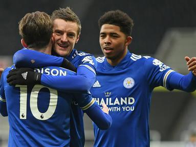 Gelandang Leicester City, James Maddison (10) melakukan selebrasi bersama Jamie Vardy usai mencetak gol pertama timnya ke gawang Newcastle United dalam laga lanjutan Liga Inggris 2020/21 pekan ke-17 di St James' Park, Minggu (3/1/2021). Leicester menang 2-1 atas Newcastle. (AFP/Michael Regan/Pool)