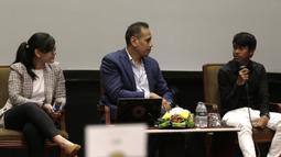 Pemain Garuda Select, Mochammad Supriyadi, bercerita pengalamannya saat jumpa pers di Hotel Sultan, Jakarta, Jumat (17/5). Garuda Select kembali ke Indonesia usai menjalani pelatihan dan uji coba di Inggris. (Bola.com/Yoppy Renato)
