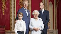 Pangeran George, Pangeran Charles, Ratu Elizabeth II, dan Pangeran William berpotret bersama di Istana Buckingham. (RANALD MACKECHNIE / BUCKINGHAM PALACE / AFP)