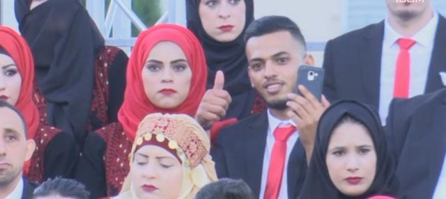 Pemerintah Palestina menggelar pernikahan massal di Ramallah, Tepi Barat. Sebanyak 260 pasangan mengikuti nikah massal ini.