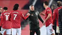 Manajer tim Manchester United, Ole Gunnar Solskjaer (tengah) menyalami para pemainnya usai berakhirnya laga lanjutan Liga Inggris 2020/21 pekan ke-16 melawan Wolverhampton Wanderers di Old Trafford, Selasa (29/12/2020). Manchester United menang 1-0 atas Wolverhampton. (AFP/Laurence Griffiths/Pool)