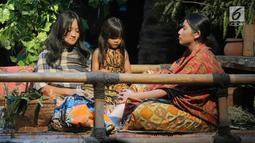 Pelakon memainkan teater bertajuk Beralas Bumi, Beratap Langit di Gedung TVRI, Jakarta, Jumat (27/9/2019). Teater Beralas Bumi, Beratap Langit menceritakan tentang kekayaan alam dan budaya orang rimba di Taman Nasional Bukit Dua Belas, Jambi. (Liputan6.com/Faizal Fanani)
