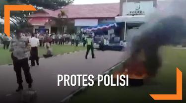 Ratusan anggota Polisi memprotes Kapolres Halmahera Selatan. Mereka memprotes pembayaran Honor Pengamanan Pemilu yang belum dibayar. Para Polisi merusak fasilitas Kantor dan membakar Ban Bekas.