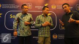 Kepala kantor wilayah DJP Jakarta Khusus Muhammad Haniv (kiri) bersama Anggota Komisi X DPR RI Anang Hermansyah (tengah) saat sosialisai Tex Amnesty di Jakarta, Selasa (23/8). (Liputan6.com/Angga Yuniar)