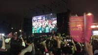 Suasana kamp pemenangan capres petahana Tsai Ing-wen di kawasan Zhongshan, Taipei. Pendukung terus menyerukan yel-yel kemenangan lantaran perolehan suara Tsai telah menyentuh angka 8 juta (Liputan6.com/Teddy Tri Setio Berty)