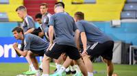 Para pemain Jerman melakukan pemanasan saat mengikuti sesi latihan di Allianz Arena di Munich (14/6/2021). Timnas Jerman akan mengawali perjuangan di Grup F Euro 2020 dengan melawan Prancis. (AFP/Franck Fife)