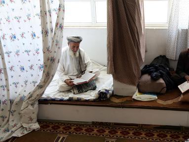 Umat muslim Afghanistan membaca Alquran di sebuah masjid di Kabul, Rabu (6/6). Selama sepuluh hari terakhir Ramadan, umat muslim melakukan itikaf dengan melakukan dzikir, berdoa, dan salat sunnat untuk menantikan malam Lailatul Qadar. (AP/Rahmat Gul)