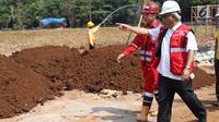 Menteri PUPR, Basuki Hadimuljono meninjau kesiapan fasilitas dan prasarana untuk Asian Games 2018 di Gelora Bung Karno (GBK), Jakarta, Kamis (10/5). Seluruh venue di GBK dinyatakan mendekati 100 persen tahap pengerjaan. (Liputan6.com/Angga Yuniar)