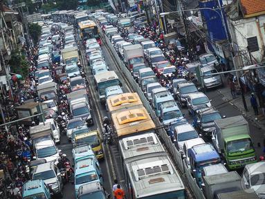 Sejumlah kendaraan terjebak macet akibat pembongkaran ruko di bantaran Kali Ciliwung, Jakarta, (28/8)(Liputan6.com/Faizal Fanani)