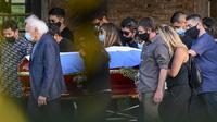 Keluarga dan kerabat mengiringi peti jenazah legenda sepak bola Argentina, Diego Armando Maradona, menuju pemakaman Jardin Bella Vista, Kamis (26/11/2020) waktu setempat. Diego Maradona dimakamkan disamping makam kedua orang tuanya, Dalma dan Diego. (AFP/Ronaldo Schemidt)