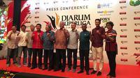 Pengurus PBSI dan pengurus klub-klub bulutangkis yang akan berkompetisi di Djarum Superliga Badminton 2019 berpose bersama dalam konferensi pers yang digelar di Hotel Kempinski, Jakarta, Kamis (31/1/2019). (Bola.com/Benediktus Gerendo Pradigdo)