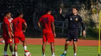 Paul Munster memimpin sesi latihan Bhayangkara Solo FC di Stadion UNS, baru-baru ini. (Dok Bhayangkara Solo FC)