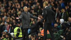 Pelatih Manchester United, Jose Mourinho berinteraksi dengan hakim garis di samping Josep Guardiola selama pertandingan lanjutan Liga Inggris di stadion Etihad, Inggris, (27/4). City bermain imbang 0-0 dengan MU. (AFP Photo/Oli Scarff)
