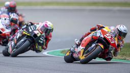 Pembalap Marc Marquez memimpin balapan MotoGP di Sirkuit Sachsenring, Hohenstein-Ernstthal, Jerman, Minggu (20/6/2021). Marc Marquez mempertegas status sebagai raja Sachsenring usai memenangkan MotoGP Jerman 2021. (Jens Buettner/dpa via AP)