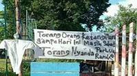 Spanduk bertuliskan penolakan rapid test juga terpampang di beberapa tempat di sekitar Kecamatan Singkil, Manado.