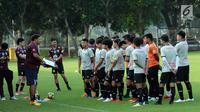 Pelatih Timnas Thailand U-23. Worrawoot Srimakha memberi arahan jelang latihan di Lapangan B Kompleks GBK, Jakarta, Selasa (29/5). Timnas Thailand U-23 akan melakoni uji coba lawan Indonesia U-23 pada 31 Mei dan 3 Juni. (Liputan6.com/Helmi Fithriansyah)