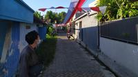 Bendera merah putih sepanjang 1.300 meter dibentangkan mengelilingi kampung di Surabaya, Jawa Timur. (Foto: Liputan6.com/Dian Kurniawan)