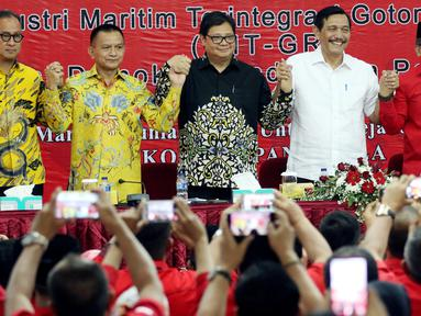 Menko Kemaritiman Luhut Binsar Pandjaitan (dua kanan) serta Menperin Airlangga Hartarto (tengah), Sekjen PDIP Hasto Kristiyanto (kanan) juga petinggi Golkar saat Rakorbidnas III Kemaritiman PDIP, Jakarta, Minggu (8/4). (Liputan6.com/JohanTallo)