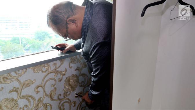 Petugas melakukan olah TKP penemuan bekas tembakan peluru di Lantai 10 Gedung Nusantara I, Jakarta, Rabu (17/10). Bekas peluru diduga berasal dari tembakan salah sasaran. (Liputan6.com/JohanTallo)