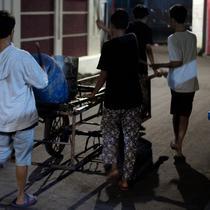 Foto yang diambil pada 19 Mei 2018, para pemuda bernyanyi dan memukul drum berkeliling sekitar lingkungan mereka di Jakarta. Kegiatan tersebut merupakan tradisi selama bulan ramadan membangunkan warga untuk sahur. (AFP PHOTO/BAY ISMOYO)