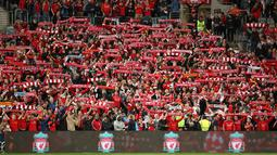Fans dan pendukung Liverpool FC bernyanyi sebelum pertandingan persahabatan dimulai di Sydney, Australia (24/5). Dalam pertandingan ini Liverpool FC menang 3-0 atas Sydney FC. (AP Photo / Rick Rycroft)