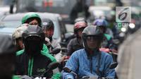 Sepeda motor dan kendaraan lainnya menunggu lampu merah di persimpangan kawasan MH Thamrin, Jakarta, Jumat (20/9). BPTJ Kementerian Perhubungan berencana membatasi volume sepeda motor untuk menekan angka kecelakaan di Ibu Kota.(Liputan6.com/Faizal Fanani)