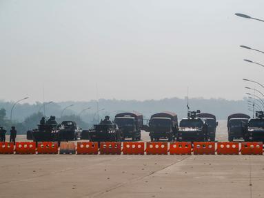 Militer Myanmar berjaga di pos pemeriksaan yang diawaki dengan kendaraan lapis baja memblokir jalan menuju gedung parlemen di Naypyitaw, Myanmar (2/2/2021). Ratusan anggota Parlemen Myanmar tetap dikurung di perumahan pemerintah pada Selasa, sehari setelah militer melancarkan kudeta. (AP Photo)