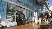 Orang-orang membersihkan rumah sakit yang terkena banjir setelah topan Hagibis melanda Tokyo, Minggu (13/10/2019).  Topan Hagibis di Jepang akhir pekan ini  disebut sebagai badai terburuk sejak 60 tahun terakhir yang pernah melanda Negeri Sakura. (Kyodo News via AP)