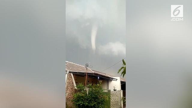 Sejumlah rumah di Rancaekek, Kabupaten Bandung rusak setelah diterjang angin puting beliung.