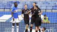Bintang AC Milan, Zlatan Ibrahimovic (dua dari kanan), berselebrasi setelah menjebol gawang Sampdoria pada pertandingan Serie A di Luigi Ferraris, Kamis (30/7/2020) dini hari WIB.  (Tano Pecoraro/LaPresse via AP)