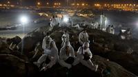 Jemaah calon haji berdoa saat berada di Bukit Jabal Rahmah, saat mereka tiba di Arafah untuk menjalani wukuf di luar kota suci Mekah, Arab Saudi (30/8).  (AP Photo / Khalil Hamra)