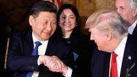 Presiden AS, Donald Trump menjabat tangan Presiden China, Xi Jinping saat jamuan makan malam di resor Mar a Lago, Florida, Kamis (6/4). Kedua pemimpin negara tersebut diagendakan akan menghabiskan waktu bersama secara privat. (AP Photo/Alex Brandon)