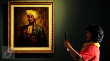 Pengunjung mengambil gambar dari lukisan Basuki Abdullah dengan gambar Pangeran Diponegoro di Galeri Nasional, Jakarta, Senin (1/8). Pameran bertajuk 17|71 Goresan Juang Kemerdekaan itu menampilkan 28 koleksi istana. (Liputan6.com/Gempur M Surya)