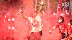 Seorang peserta mengikuti lari santai The Color Run di kawasan komplek Gelora Bung Karno, Jakarta, Minggu (16/9). The Color Run Mengusung tema 'Hero Tour', mengajak dan mendorong masyarakat untuk hidup. (Liputan6.com/Faizal Fanani)