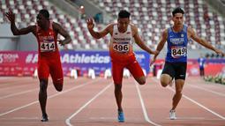 Sprinter Indonesia, Lalu Muhammad Zohri (tengah) beradu kecepatan saat mengikuti kategori 100 meter pada semifinal Kejuaraan Atletik Asia di Doha, Qatar, Senin (22/4). Lalu Muhammad Zohri sukses menggondol medali perak setelah membukukan catatan waktu 10,13 detik. (AP/Vincent Thian)