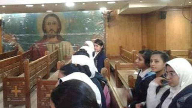 Ibu Guru Dan Muridnya Bersih-bersih Gereja Untuk Meningkatkan Toleransi Dan Persaudaraan (Foto: Al Arabiya)