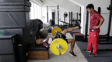 Atlet lari gawang 400 meter, Halomoan, melakukan latihan fisik di Stadion Madya, Jakarta, Kamis, (17/9). Latihan tersebut untuk persiapan SEA Games 2019. (Bola.com/M Iqbal Ichsan)