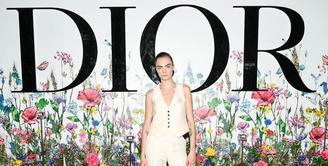 Cara Delevigne tampil stylish dalam balutan busana Dior Ready-To-Wear oleh Maria Grazia Chiuri. Bintang film Suicide Squad ini juga melengkapi penampilannya dengan sepatu, perhiasan dan riasan dari Dior dan Dior Beauty. (dok/Dior).