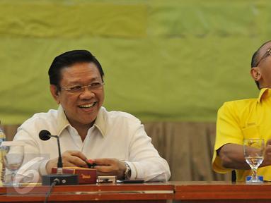 Aburizal Bakrie (kanan) dan Agung Laksono saat menghadiri Rapat Pengurus Harian Partai Golkar di DPP Partai Golkar, Jakarta, Kamis (4/2/2016). Rapat pengurus ini adalah pertama kalinya setelah perselisihan antar dua kepemimpinan.(Liputan6.com/Johan Tallo)