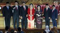Ketua DPR RI 2019-2024 Puan Maharani (tengah), Ketua Umum PDIP Megawati Soekarnoputri (ketiga kanan), dan empat Wakil Ketua DPR RI 2019-2024 foto bersama usai pelantikan di kompleks parlemen, Senayan, Jakarta, Selasa (1/10/2019). (Liputan6.com/Johan Tallo)