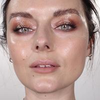 Tidak selalu matte, ternyata makeup glossy juga punya banyak peminat (Foto: Instagram/ Byrdiebeauty)