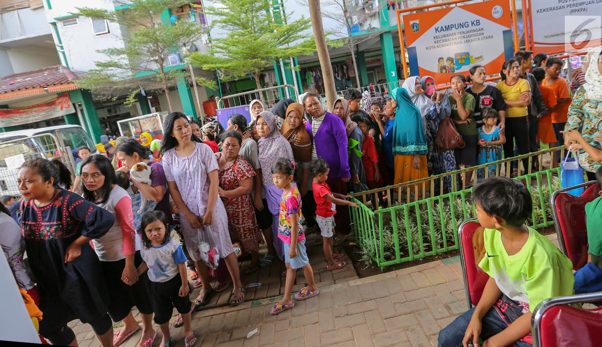 Warga antre untuk pemeriksaan kulit di komplek Rusunawa Muara Baru, Jakarta, Selasa (14/5/2019). Setiap warga berkesempatan untuk berkonsultasi dan mendapatkan pelayanan dari para dokter spesialis kulit terkait dengan gangguan kulit yang mereka alami. (Liputan6.com/Fery Pradolo)