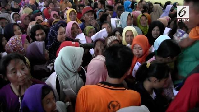 Demi mendapatkan sembako murah, ribuan warga di lereng Gunung Merapi berdesakkan hingga pingsan.