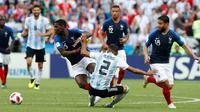 Gelandang Prancis, Paul Pogba berusaha melewati bek Argentina, Gabriel Mercado saat bertanding pada babak 16 besar Piala Dunia di Kazan Arena di Kazan, Rusia, (30/6). Prancis menang tipis 4-3 atas Argentina. (AP Photo/David Vincent)